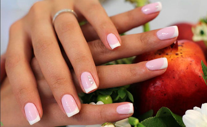 Фото шеллака на ногтях с дизайном френч